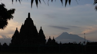 Der kleine Bruder von Prambanan mit Berg